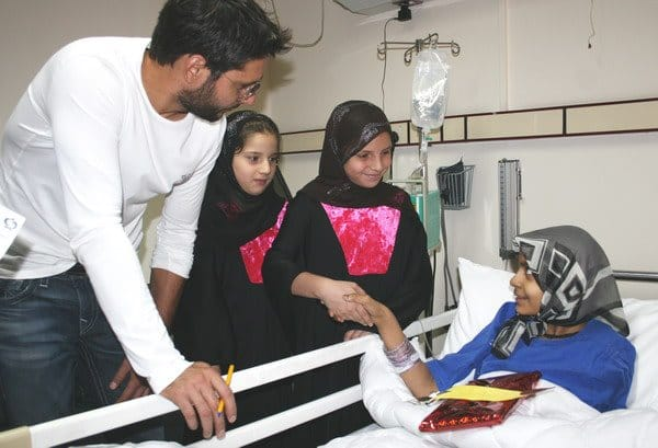 Shahid-Khan-Afridi-with-his-daughters-and-cricketer-Ahmed-Shehzad-sharing-smiles-with-cancer-patients-during-their-visit-to-Shaukat-Khanum-Memorial-Cancer-Hospital-and-Research-Centre.