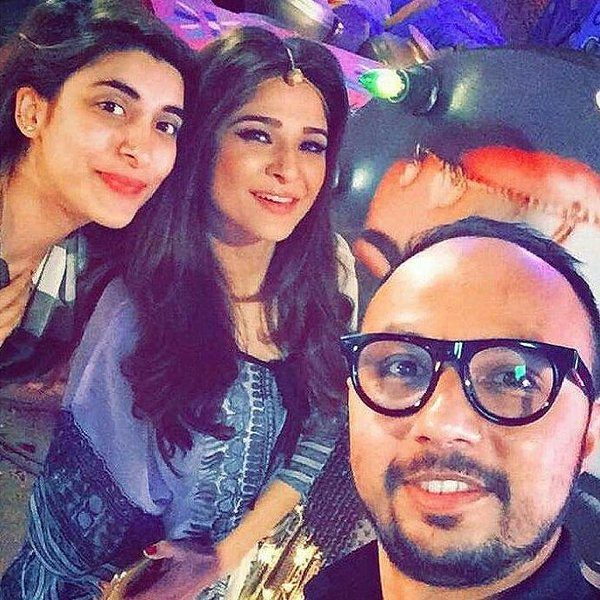 Nomi-Ansari-on-the-sets-of-TWO-TWO-with-wyesha-and-urwah
