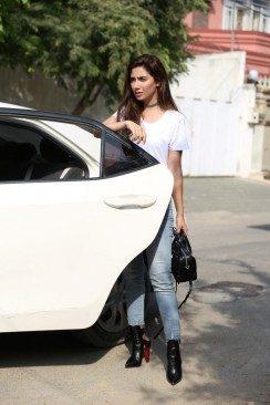 Mahira-Khan-Ubers-Rider-Zero-in-Karachi-F-e1472152692363-683x1024