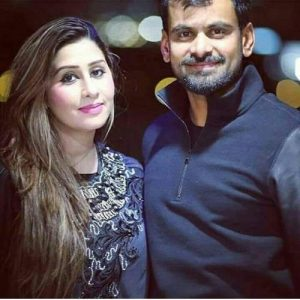 PSLCricketer Mohammad Hafeez With His Family Picture 7