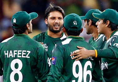 shahid-afridi-with-team