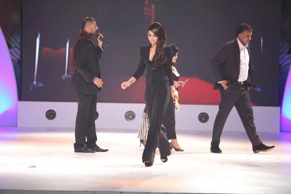 Ayyan-ALi-Wins-Best-Female-Model-Award-At-Pakistan-Media-Awards-2012