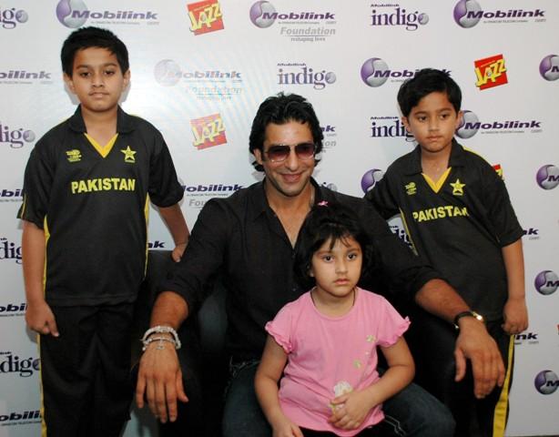 Mobilink-Brand-Ambassador-Wasim-Akram-with-kids-at-Mobilink-Fundraising-Carnival