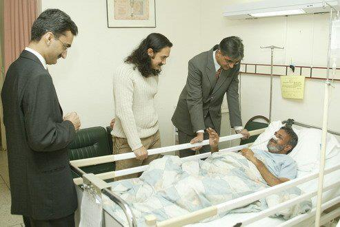 Aamir-Khan-visited-Shaukat-Khanum-Memorial-Cancer-Hospital-and-Research-Centre-in-2004