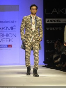 model-walks-ramp-fashion-designer-Javed