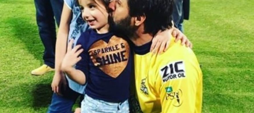 Shahid Afridi And His Cute Daughters – PSL Pictures