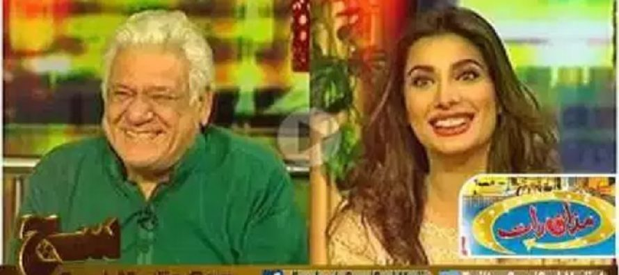 Om Puri's Funny/odd Reaction to the Entry of Mehwish Hayat at a Show!