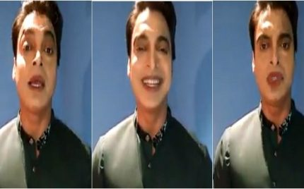 Shoaib Akhter showed his not-so plump lips with over done lipstick!