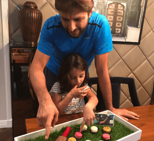 Shahid afridi with daughter