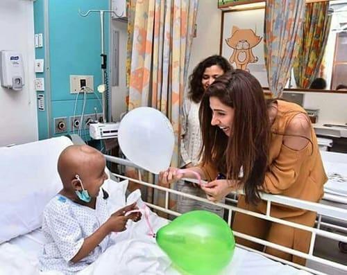 Mahira Khan Visited Children In AKUH!