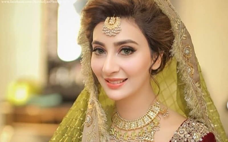 Mehndi Makeup And Hairstyle : Aisha khan looks lovely on her mayun and mehndi reviewit pk