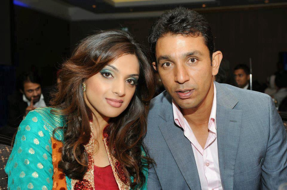 27.-Azhar-Mahmood-with-his-wife
