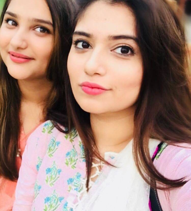 Hanish Qureshi's Pictures With Her Mother & Sister