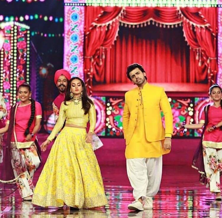 Farhan Saeed and Iqra Aziz Performance Pictures & Videos