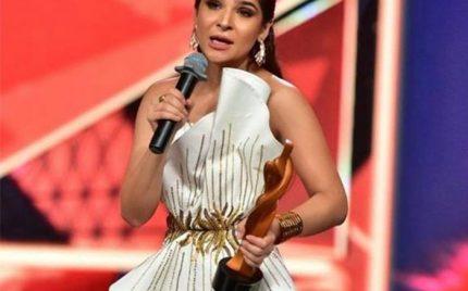 Ayesha Omar Wins The Most Stylish TV Host Award At HSA 2018
