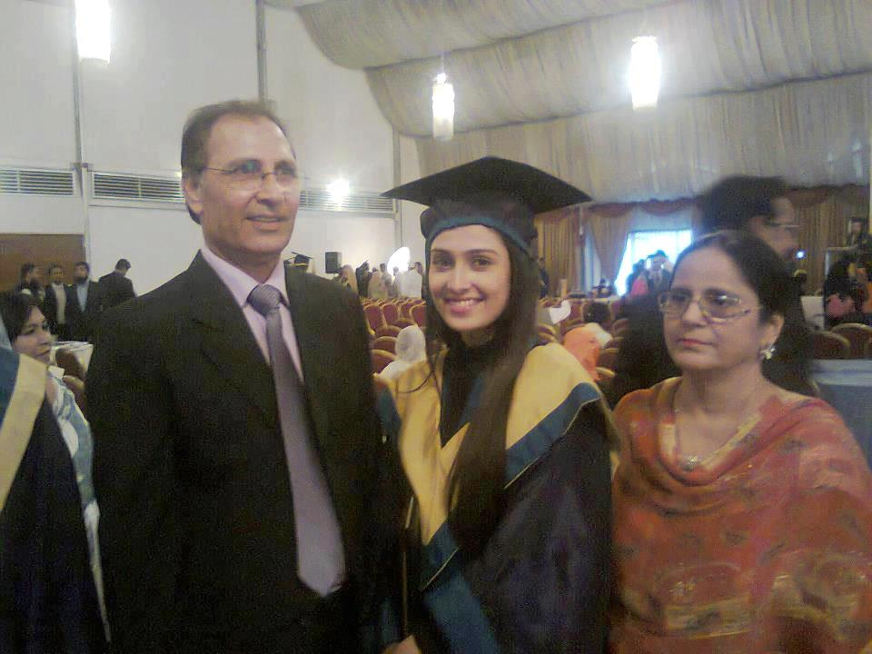 Ayeza-Khan-with-her-Parents80073104_20121214233428