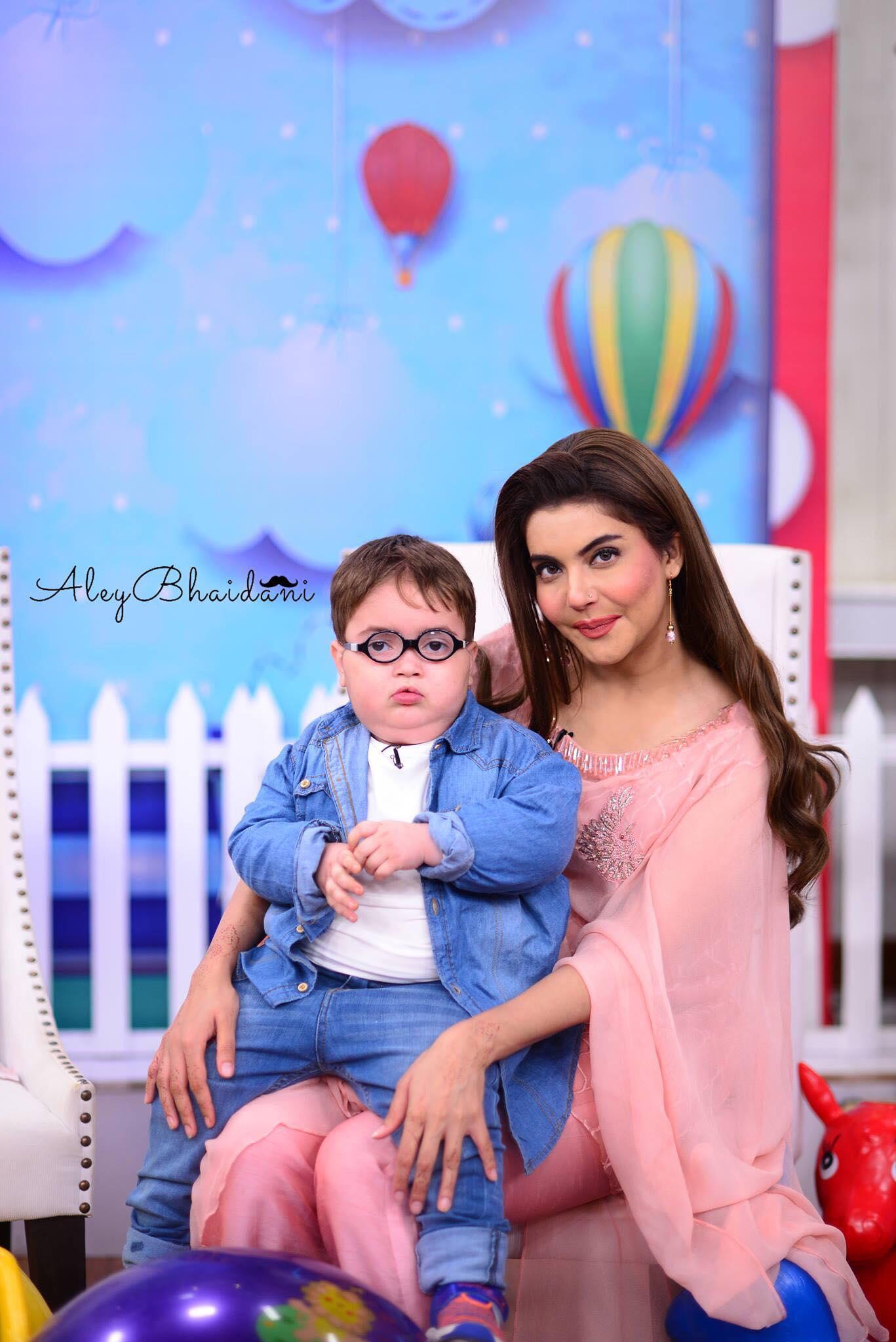Nida Yasir Cashing On Cute and Funny Pathan Kid's Video