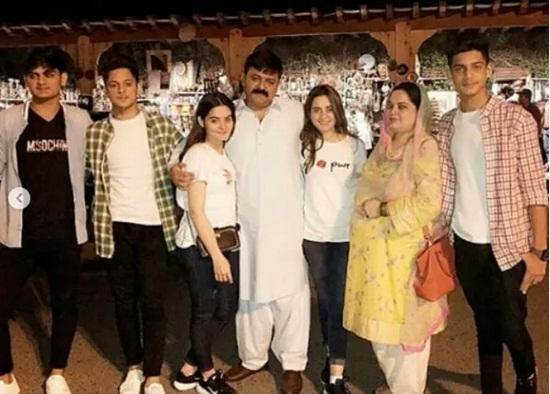 Minal And Aiman Khan Enjoying Vacations With Family