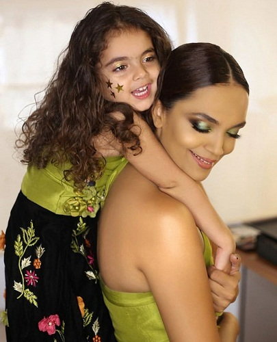Aamina Sheikh Twins With Her Daughter