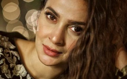 Saba Qamar Looks Stunning On The Sets Of Cheekh
