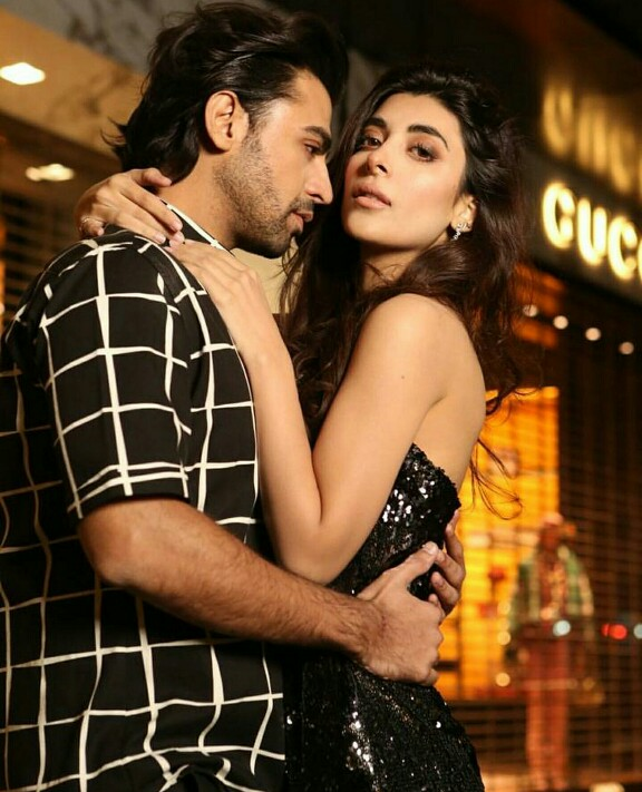 Urwa And Farhan Congratulate Each Other On 2nd Anniversary