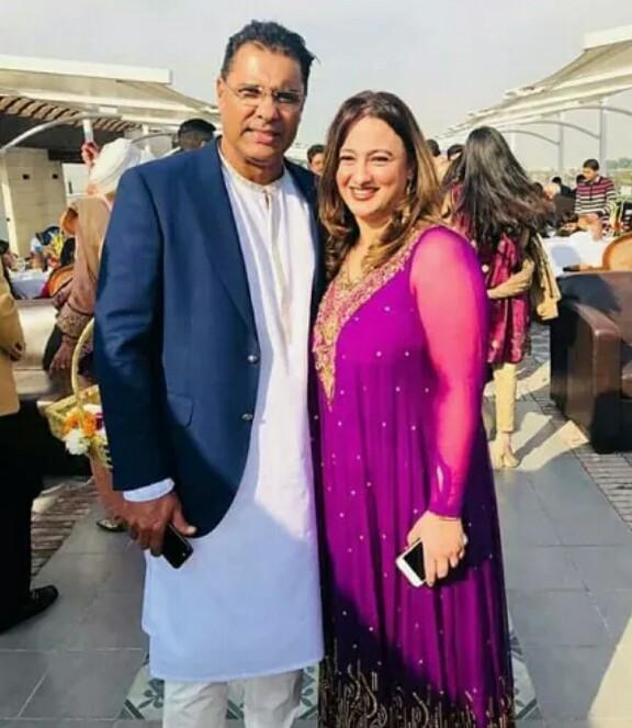 Waqar Younis Wth Wife And Kids