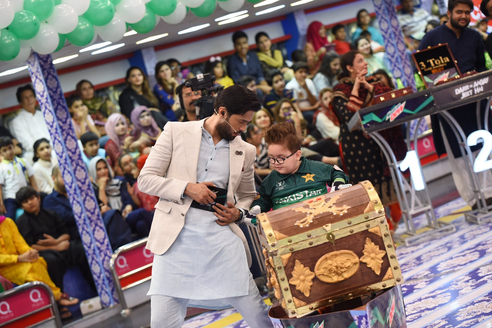 Actors Ali Rehman Khan & Ushna Shah in Jeeto Pakistan