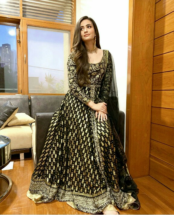 Sana Javed Stuns In Black And Gold