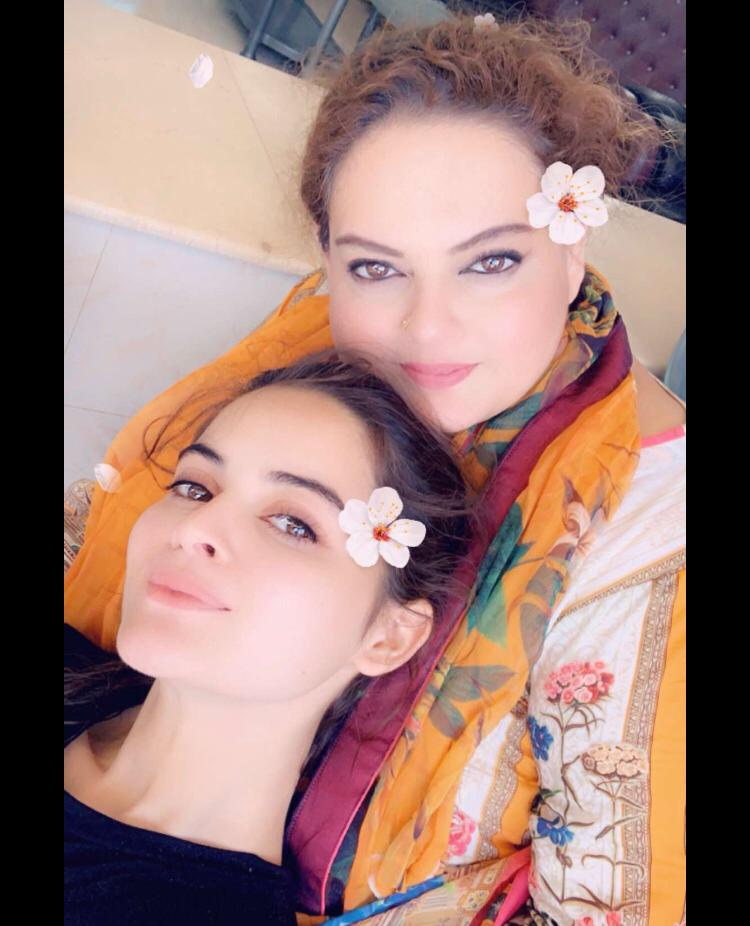 Latest Clicks of Beautiful Actress Minal Khan with her Mother