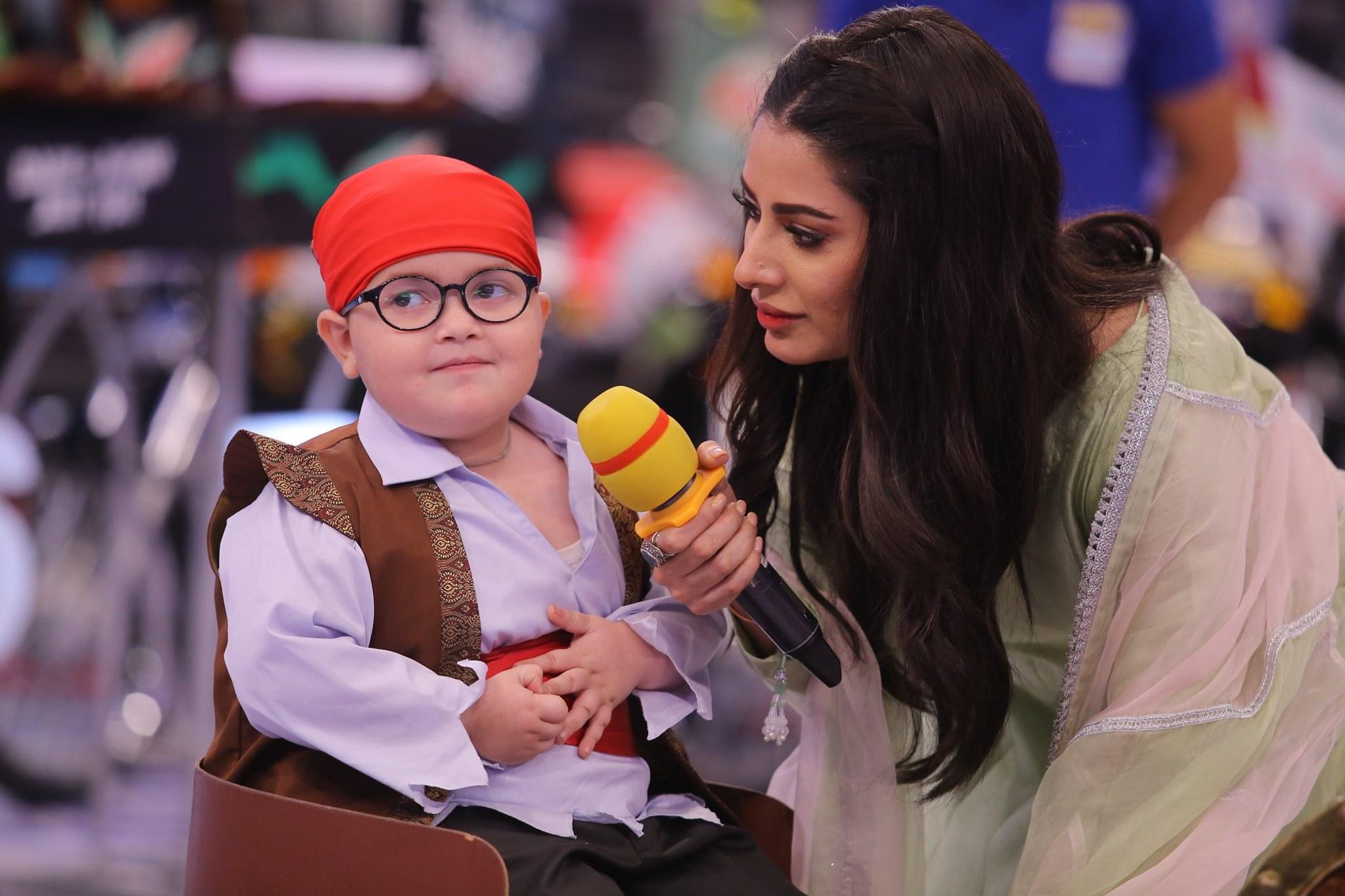 Gorgeous Mehwish Hayat & Cricketer Asad Shafiq in Today's Jeeto Pakistan