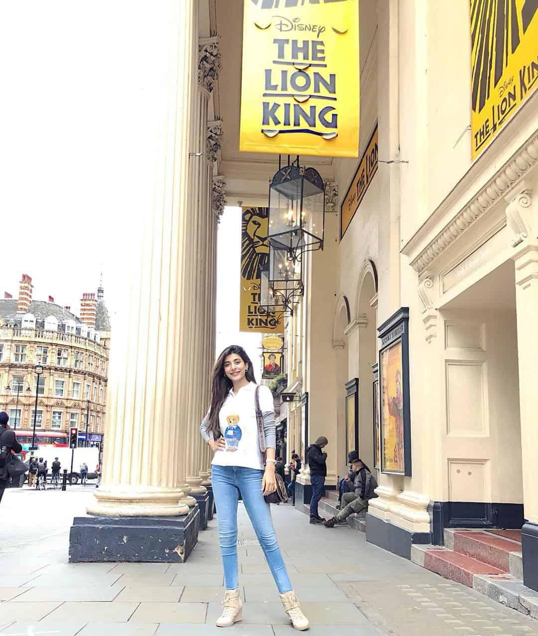 Latest Clicks of Mawra , Urwa & Farhan Saeed in London