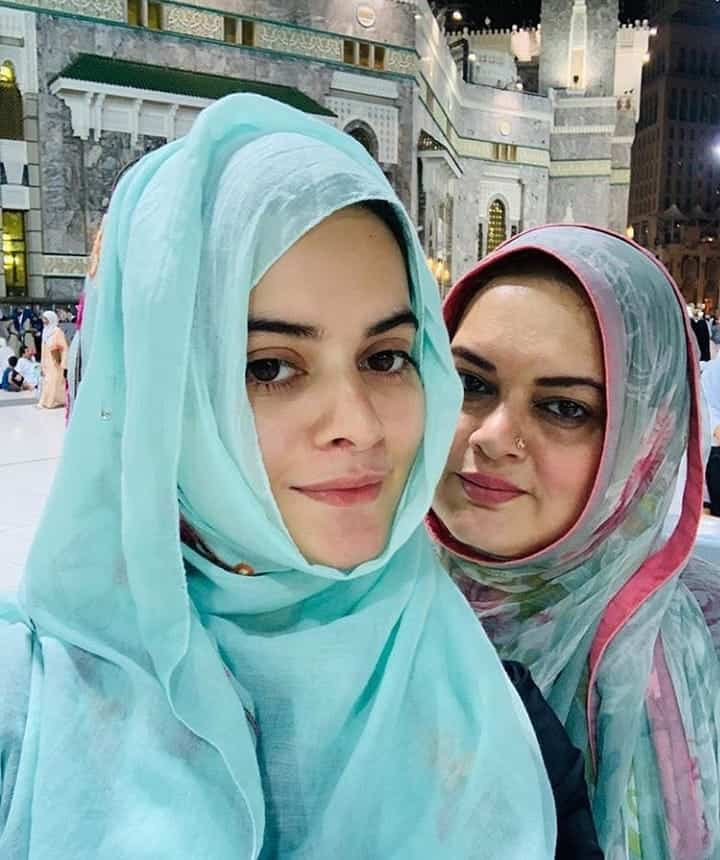 Latest Pictures of Minal Khan with Family from Umrah