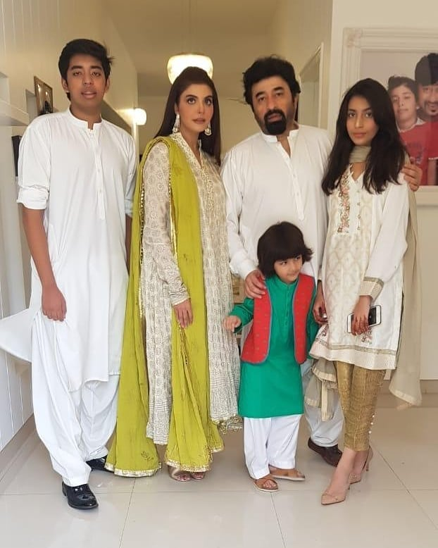Beautiful Clicks of Nida Yasir with her Family on Eid