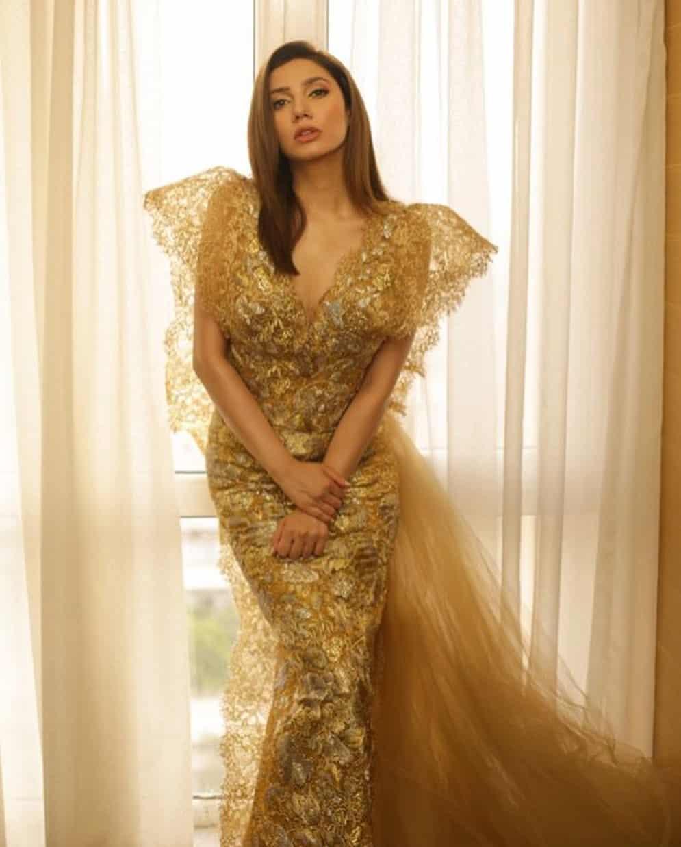 Beautiful Clicks of Gorgeous Mahira Khan at LSA2019
