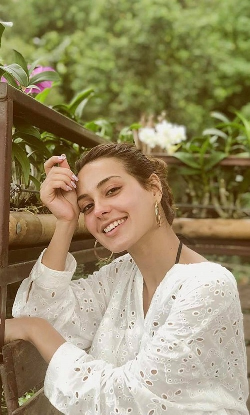 Iqra Aziz's Pictures Without Any Makeup