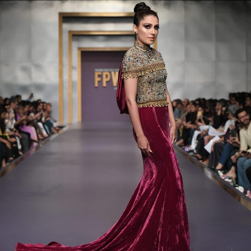Gorgeous Ayeza Khan and Handsome Muneeb Butt Walked on Ramp at Fashion Pakistan Week-Winter Festive '19