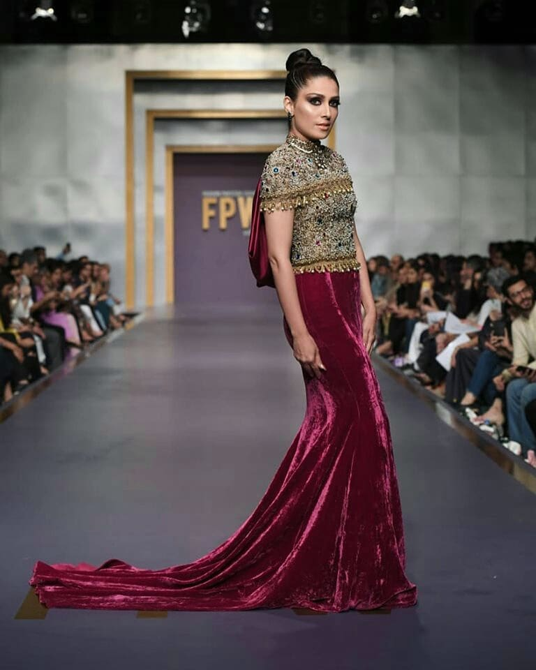 Ayeza Khan escapes massive fall on the ramp at FPWF'19 day 1