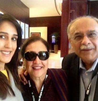 Mira Sethi family 8