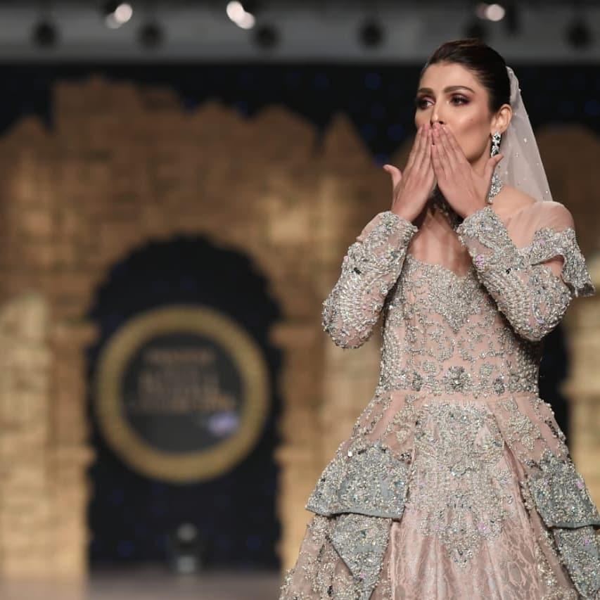 Beautiful Ayeza Khan Show Stopper for Aisha Farid at HBCW19
