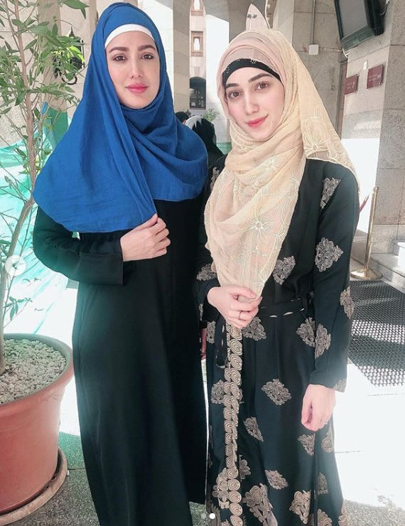 Mehwish Hayat Umrah Pictures with her Mother and Brother Danish