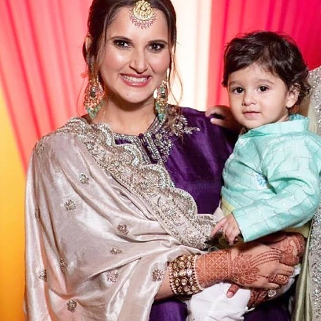Beautiful Pictures of Sania Mirza with Family from her Sister Anam Mirza's Mehndi Event