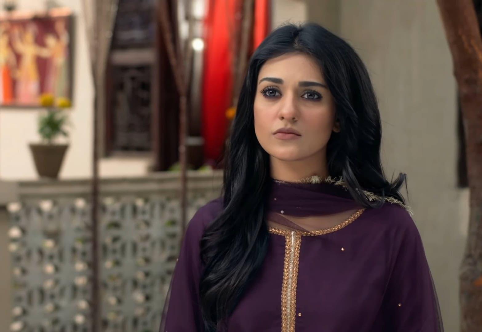Sarah Khan 29