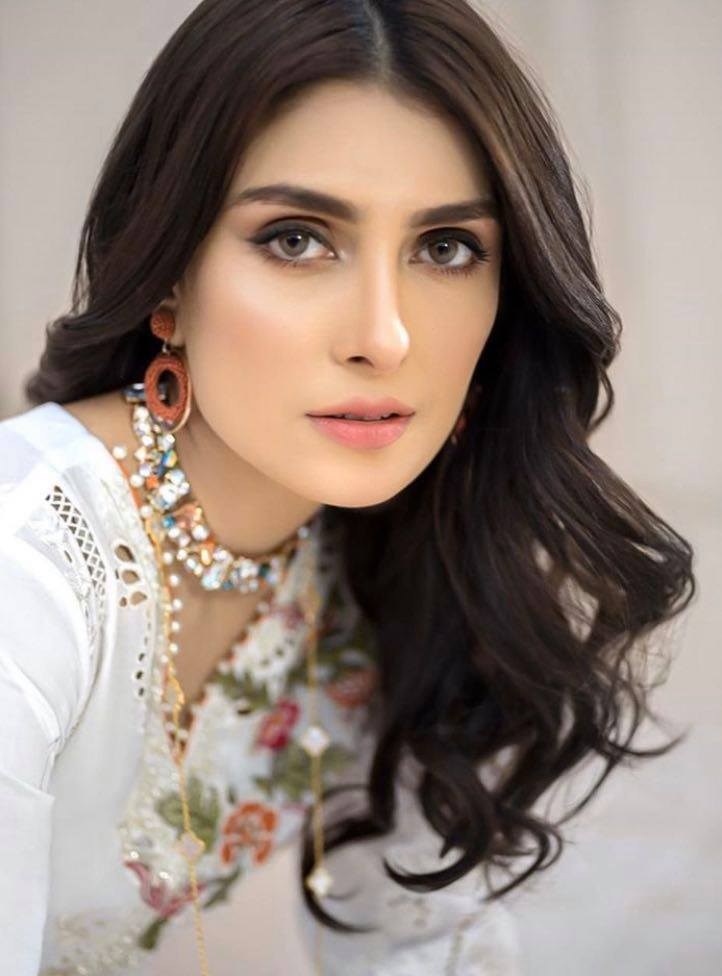 Favorite Poses of Pakistani Celebrities For Camera
