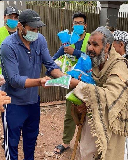 Shahid Afridi Distributing Ration