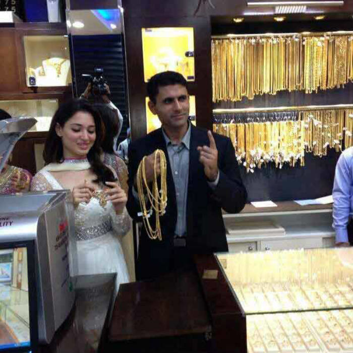 Is Cricketer Abdul Razzaq Marrying Indian Actress