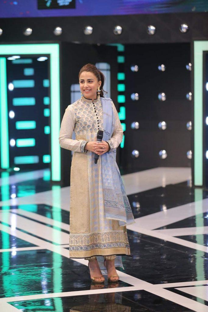 Sanam Jung And Ushna Shah On The Set Of Jeeto Pakistan
