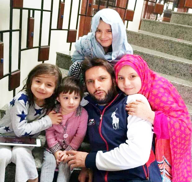 Shahid Afridi With Newly Born Daughter During Live Session