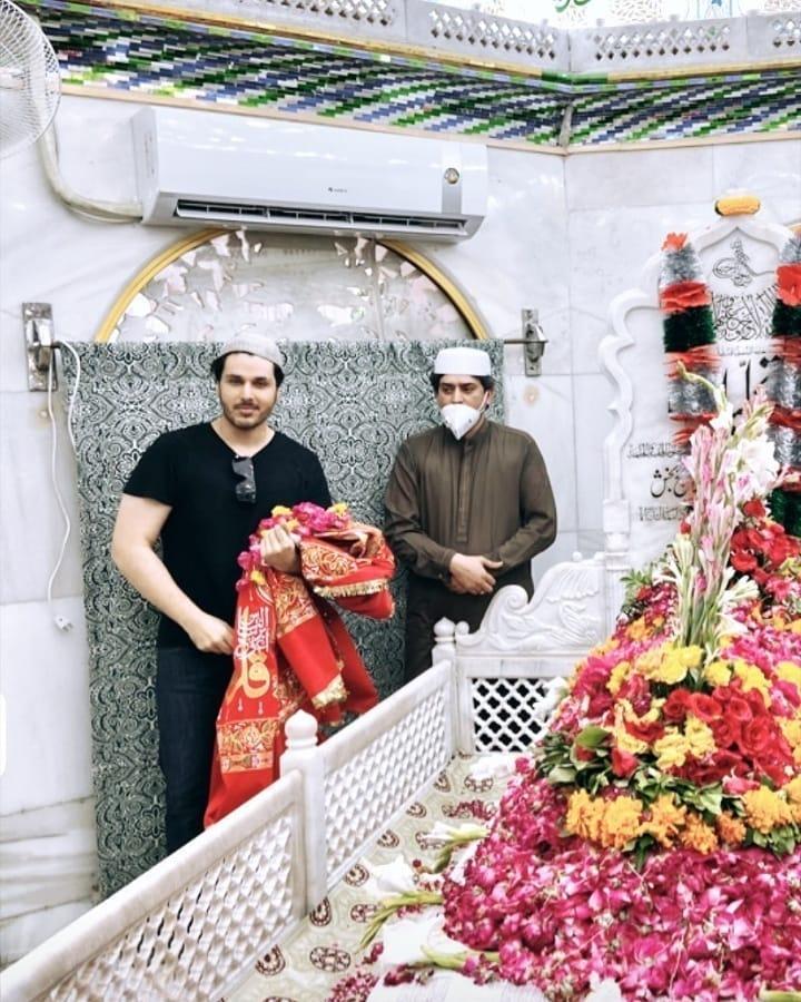 Ahsan Khan Pays Visit To Data Darbar 7