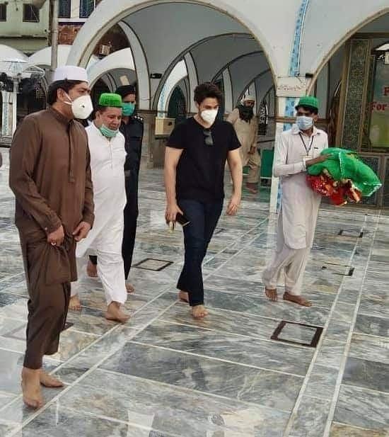 Ahsan Khan Pays Visit To Data Darbar 8