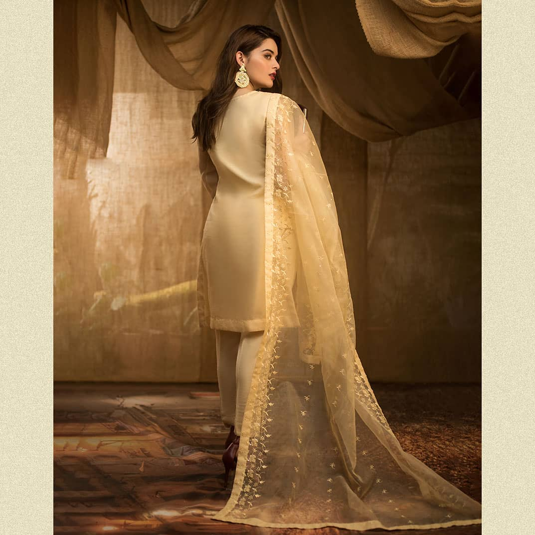 Minal Khan Latest Beautiful Pictures in her Own Brand Aiman Minal Closet